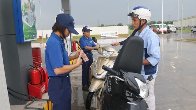 Nhân viên trạm xăng 'chuẩn Nhật' ở Việt Nam lau xe, cúi chào khách