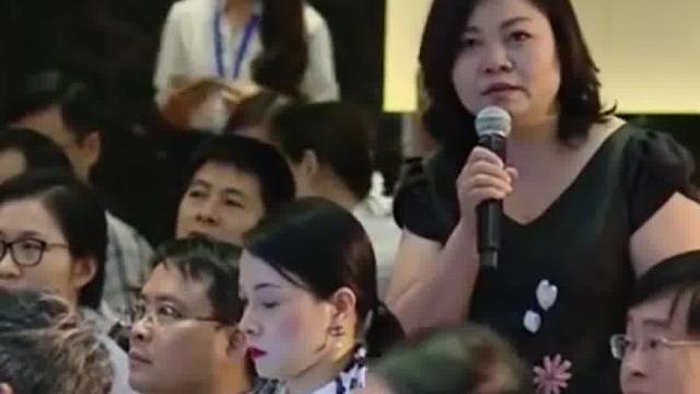Màn tranh luận của chị thương lái khiến Tổng Giám đốc FPT khiến cả hội trường im lặng và suy nghĩ