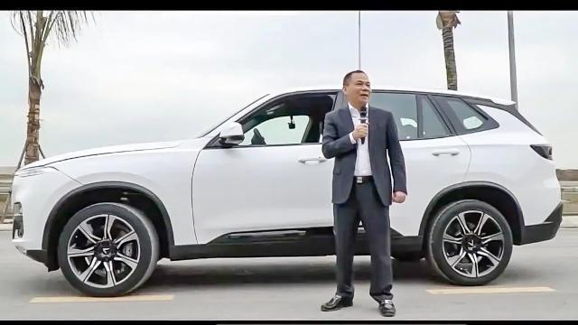 Chủ tịch VINGROUP trực tiếp lái chiếc Vinfast LUX SA 2.0 đầu tiên