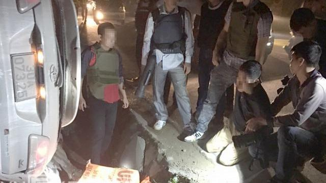 Camera an ninh trạm thu phí ghi lại vụ Ôtô chở 100 bánh heroin trơ vành sau 20 km chạy trốn cảnh sát