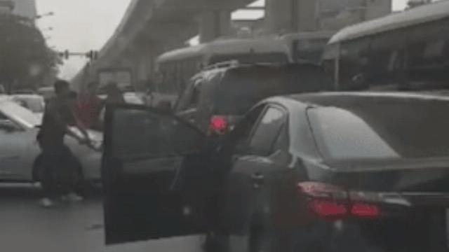 Clip cảnh sát bắn vỡ kính để khống chế tài xế chở ma túy - Pháp luật - Zing.vn