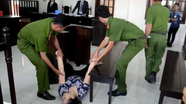 Bảo mẫu hành hạ trẻ ngất xỉu khi tòa tuyên 18 tháng tù