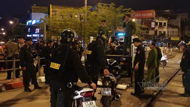 Hàng trăm cảnh sát bao vây nhóm thanh niên tụ tập trà đá giữa