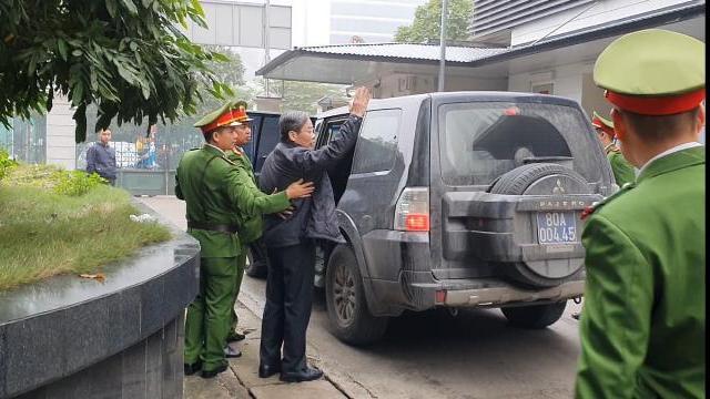 Cựu Bộ trưởng Nguyễn Bắc Son vẫy tay chào người thân khi rời toà