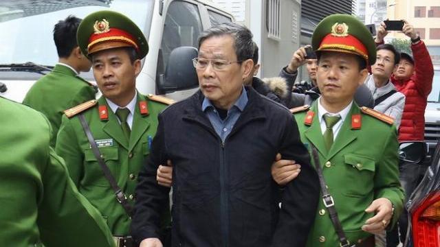 Ông Nguyễn Bắc Son cùng các bị cáo lần lượt rời toà sau khi bị tuyên án