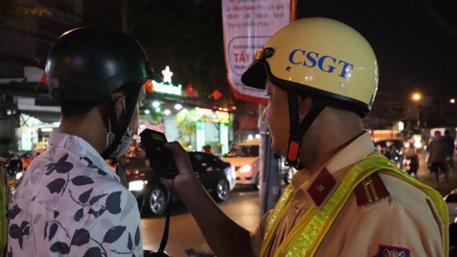 CSGT đo nồng độ cồn phố nhậu Sài Gòn, chủ quán chơi chiêu