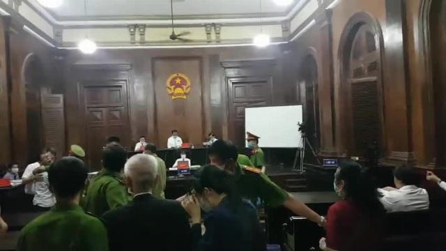 Bi tuyên 1 năm 5 tháng tù, cựu phó chánh án quận 4 khóc lớn xin lỗi bố