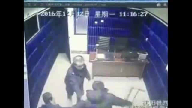 Một nghi phạm đánh ba cảnh sát trong phòng hỏi cung