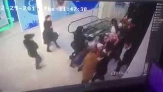 Hoảng hốt: 44 học sinh Nga bị mắc kẹt khi đi xuống cầu thang cuốn.