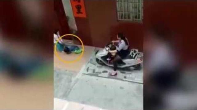 Rùng rợn cảnh người phụ nữ cán xe qua người bé trai đang nằm giãy giụa dưới đất