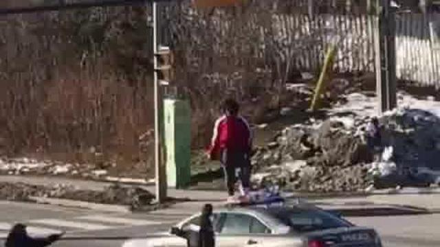 Người phụ nữ nhỷ lên xe cảnh sát đạp bể kính