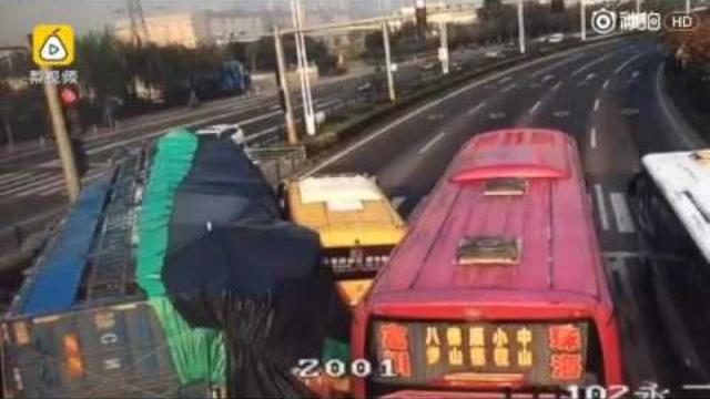 Xe 4 chỗ bị nghiền nát canh xe buýt trường học khi xe tải đổ