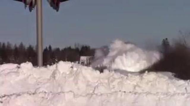 Xe lửa lao vun vút trong tuyết cắt ngang qua xa lộ