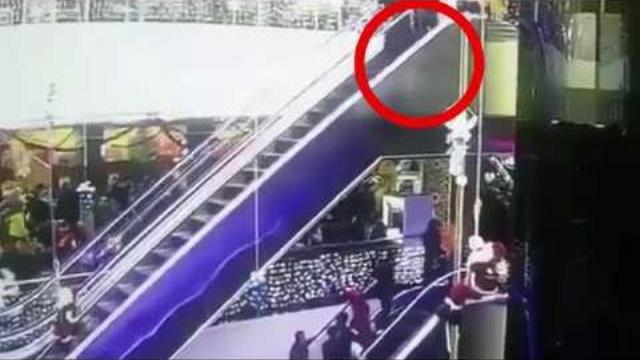Vướng váy vào thang cuốn, mẹ giật mình đánh rơi con xuống đất tử vong tại chỗ