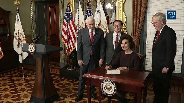 BBộ trưởng Giao thông Mỹ Elaine Chao gốc Đài Loan tuyên thệ nhậm chức