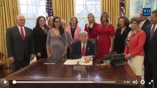 Donald J. Trump ký hai đạo luật ủng hộ phụ nữ làm việc trong lĩnh vực khoa học công nghệ