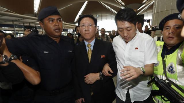 Đại sứ Triều Tiên bị Malaysia trục xuất về tới sân bay Bắc Kinh