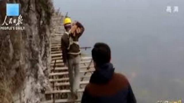 Người Trung Quốc xây cầu thang tử thần ở vách núi