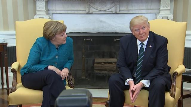 Trump phớt lờ đề nghị bắt tay của Merkel