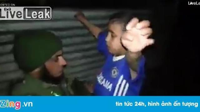 Cậu bé mặc 'áo Chelsea' được gỡ thiết bị nổ trên người - Thế giới - Zing.vn
