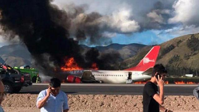 Máy bay bốc cháy giữa không trung, 141 hành khách thoát chết - VnExpress