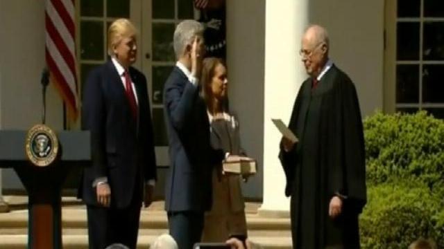 Thẩm phán tòa án tối cao Mỹ Neil Gorsuch tuyên thệ nhậm chức