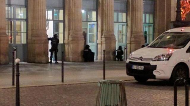 Sơ tán ga tàu Paris, tìm nghi phạm khủng bố