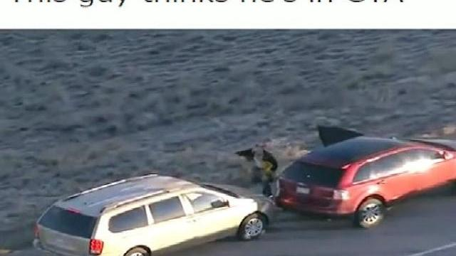 Cướp một loạt ôtô trên đường chạy trốn như game hành động