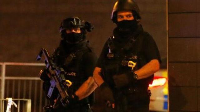 Cảnh sát phong toả khu vực sau vụ nghi khủng bố nhà thi đấu Anh