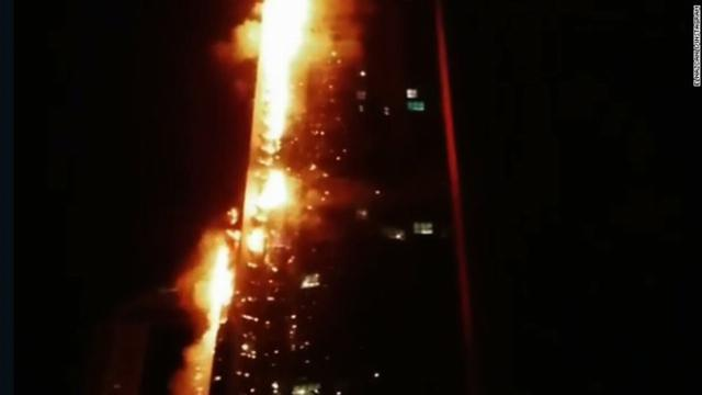 Chung cư 86 tầng bốc cháy dữ dội ở Dubai