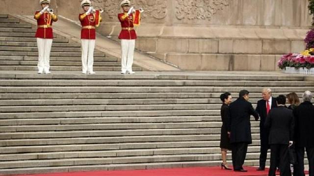 Vợ chồng Chủ tịch Tập Cận Bình nắm tay nhau, bước xuống đón vợ chồng Tổng thống Donald Trump.