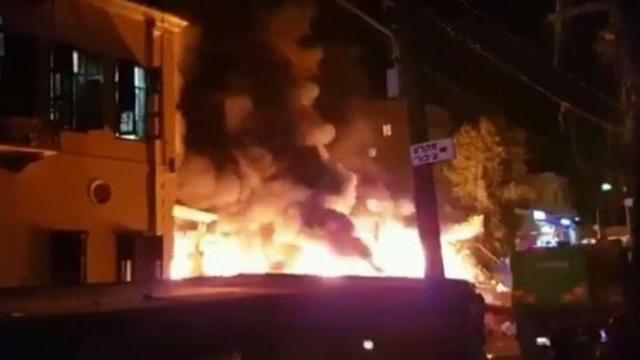 Israel: Nổ lớn làm rung chuyển Tel Aviv, lửa dữ liếm trọn tòa nhà