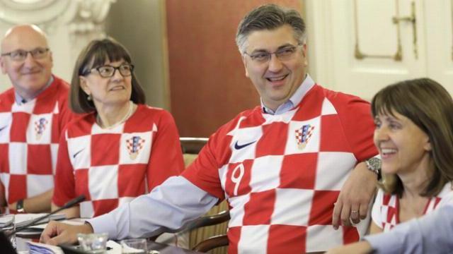 Các bộ trưởng Croatia kéo cả hội mặc áo tuyển Croatia đi họp