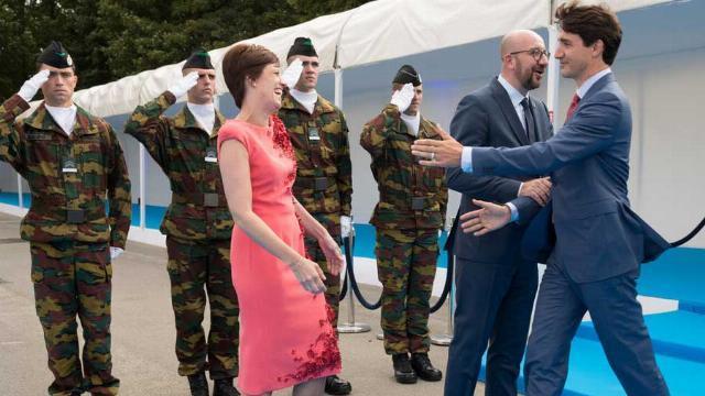 """Thủ tướng Bỉ """"đỏ mặt"""" vì Thủ tướng Canada đẹp trai"""