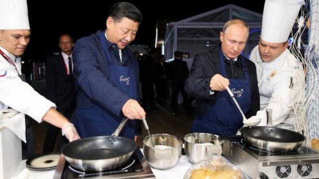 Ông Putin và ông Tập tự làm bánh Blini trứng cá muối, chúc mừng nhau bên ly rượu Vodka