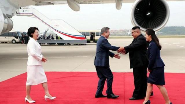 Kim Jong Un Vợ chồng ông Kim Jong Un ra sân bay đón Tổng thống