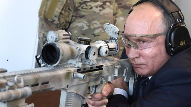 Tổng thống Putin khai hoả mục tiêu bằng súng trường hiện đại
