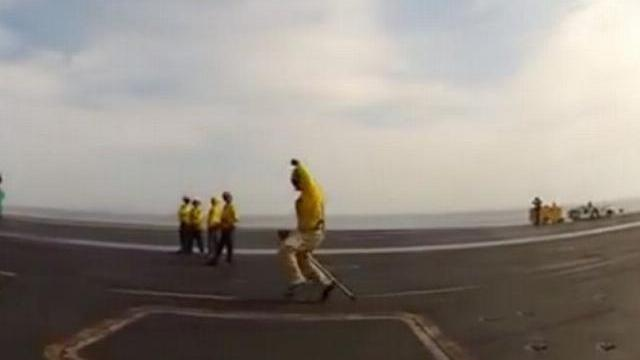 Sĩ quan Mỹ nhảy múa khi hướng dẫn phi cơ cất cánh trên tàu sân bay
