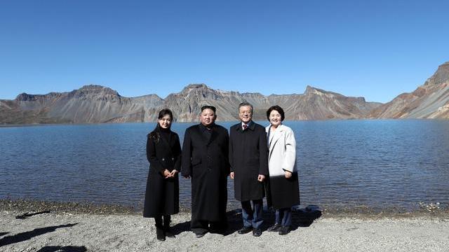 Ông Kim Jong-un hiện thực hóa mơ ước leo núi thiêng của Tổng thống Hàn Quốc