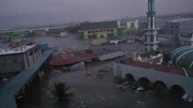 Sóng thần cao 2m tấn công Indonesia, cuốn phăng mọi thứ trên đường