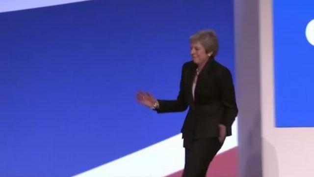 Thủ tướng Anh cao hứng nhảy trên sân khấu hội nghị đảng Bảo thủ