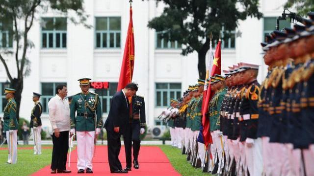 Quốc kỳ Trung Quốc được mang theo 2 nhà lãnh đạo Trung-Philippines