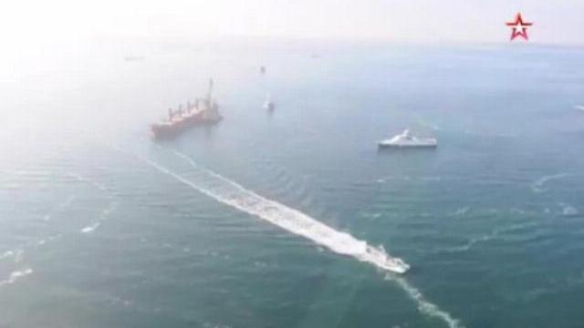 Cận cảnh màn rượt đuổi của tàu chiến Nga và Ukraine