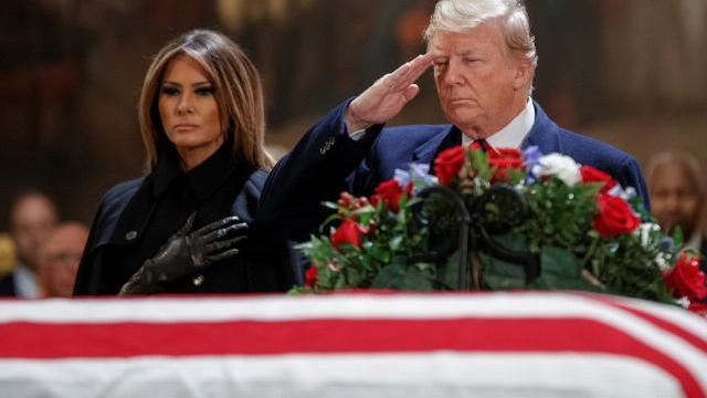 Trump chào kiểu nhà binh trước linh cữu Bush 'cha'