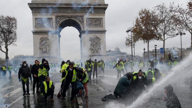 Cử chỉ đẹp của cảnh sát Pháp trước những người biểu tình cực đoan