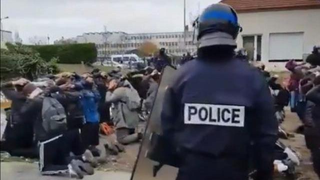 Học sinh biểu tình quỳ gối ôm đầu trước cảnh sát khiến nước Pháp phẫn nộ