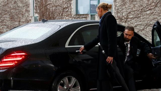 Khoảnh khắc Thủ tướng Anh mắc kẹt trên chiếc Mercedes khi đến Đức