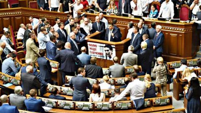 Nghị sĩ Ukraine ẩu đả dữ dội ngay trong phiên họp quốc hội