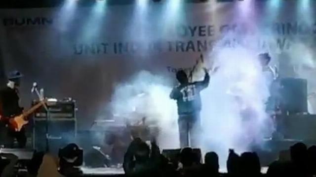 Bữa tiệc âm nhạc biến thành thảm họa bên bờ biển Indonesia