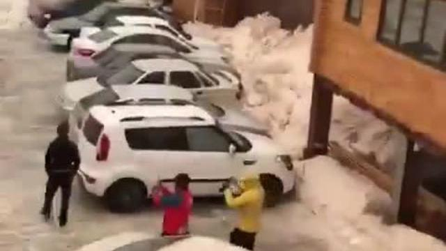 Rơi nước mắt đứng hình bão tuyết cuốn trôi nhà cửa xe cộ
